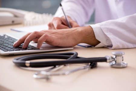 Junger männlicher Arzt im Telemedizinkonzept