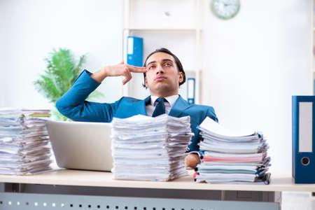 Jeune employé de sexe masculin mécontent du travail excessif