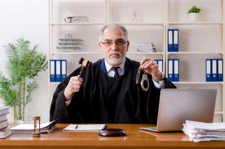 Abogado anciano que trabaja en el juzgado.