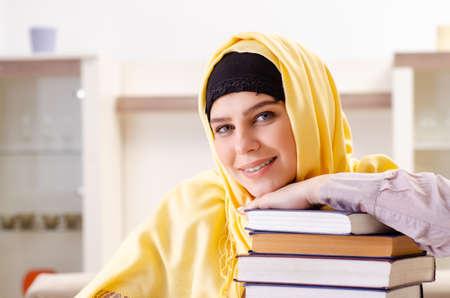 Estudiante en hijab preparándose para los exámenes