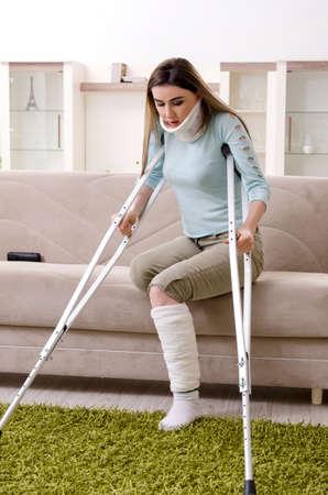 Jeune femme après un accident de voiture souffrant à la maison