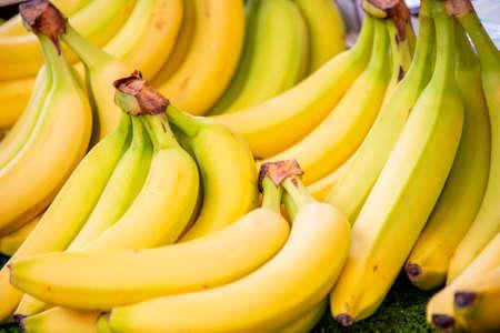Plátanos en el puesto de exhibición del mercado Foto de archivo