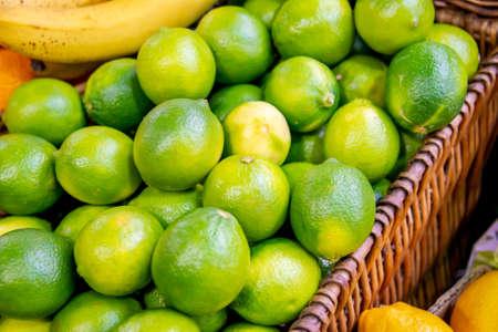 Frutas cítricas en el puesto de exhibición del mercado Foto de archivo