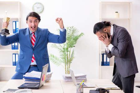 Deux collègues masculins au bureau