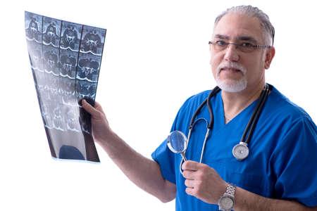 Radiólogo médico viejo barbudo blanco que trabaja en la clínica