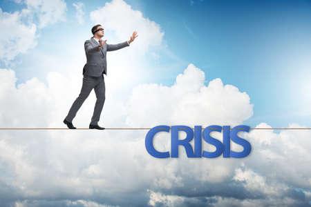 Krisenkonzept mit Geschäftsmann, der auf engem Seil geht Standard-Bild