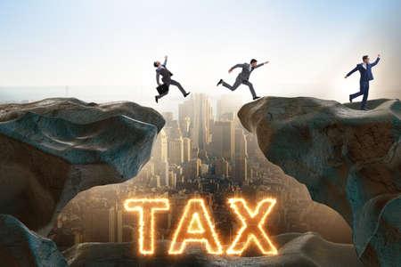 Homme d'affaires dans le concept de paiement d'impôt