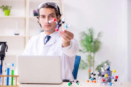 Junger männlicher Wissenschaftler, der im Labor arbeitet