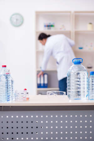 Young male chemist experimenting in lab Zdjęcie Seryjne - 124748673
