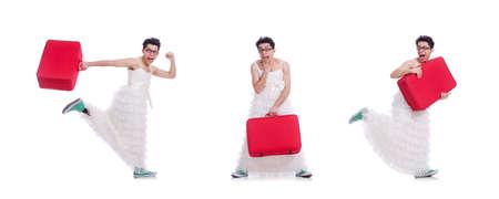 Lustiger Mann im Frauenkleid, das sich auf den Urlaub vorbereitet, isoliert Standard-Bild