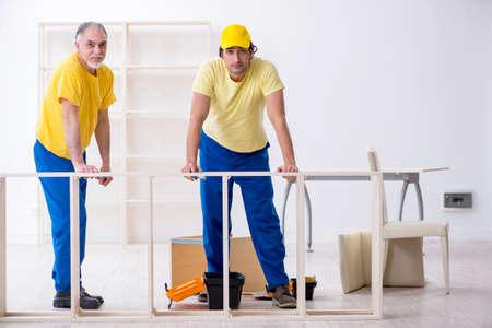 Two contractors carpenters working indoors Banque d'images