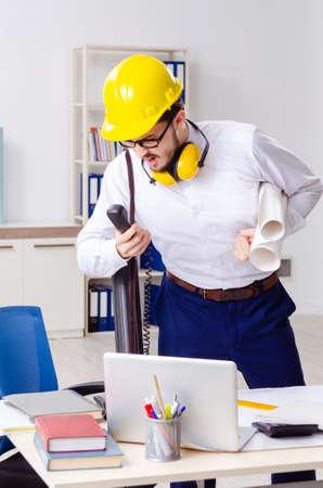 Giovane architetto maschio che lavora in ufficio