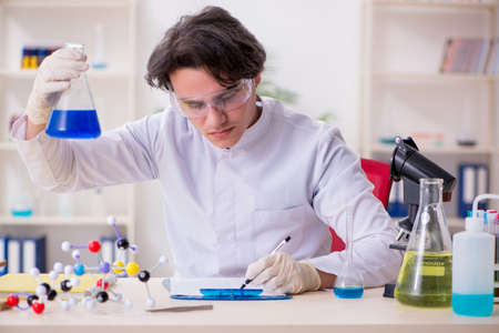 Young male biochemist working in the lab Foto de archivo - 124852186
