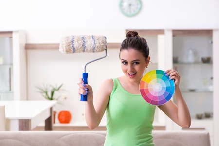 Young beautiful woman doing renovation at home Foto de archivo - 124848804