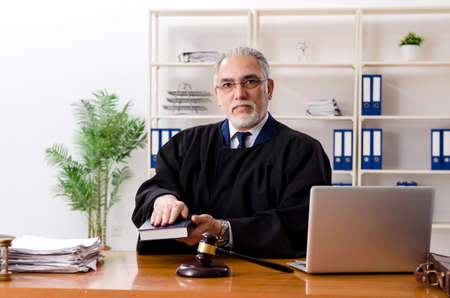 Aged lawyer working in the courthouse Stockfoto - 125328390