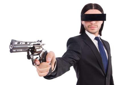 Hombre joven con mascarilla negra sobre blanco