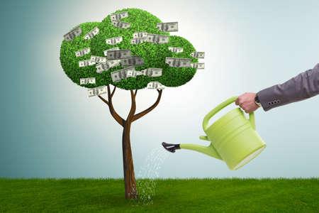Zakenman die geldboom in investeringsconcept water geeft