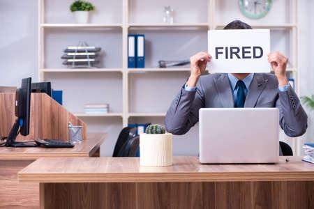 Joven empleado siendo despedido de su trabajo