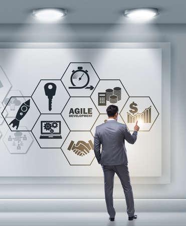 Geschäftsmann im agilen Softwareentwicklungskonzept Standard-Bild