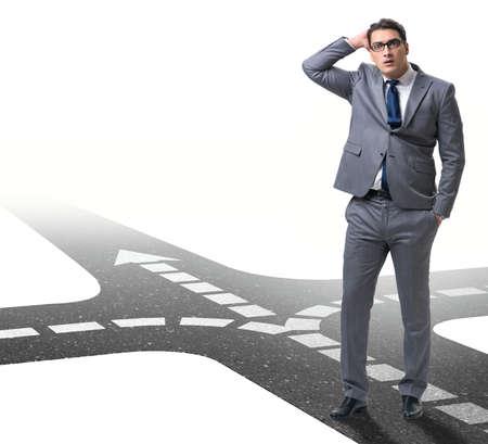Jeune homme d'affaires à la croisée des chemins dans le concept d'incertitude