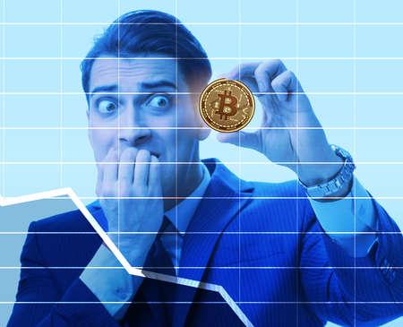 Uomo d'affari triste per il crollo del prezzo del bitcoin Archivio Fotografico