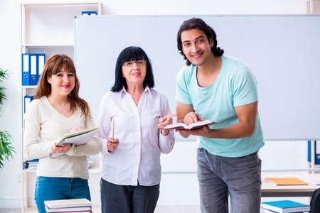 Stary nauczyciel i uczniowie w klasie