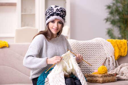 Jeune belle femme tricotant à la maison Banque d'images