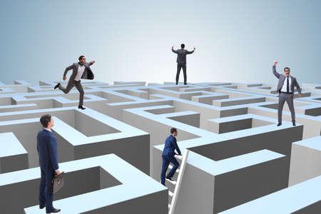 Geschäftsmann, der versucht, aus dem Labyrinth zu entkommen Standard-Bild