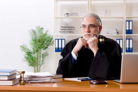 Aged lawyer working in the courthouse Stockfoto - 126337443
