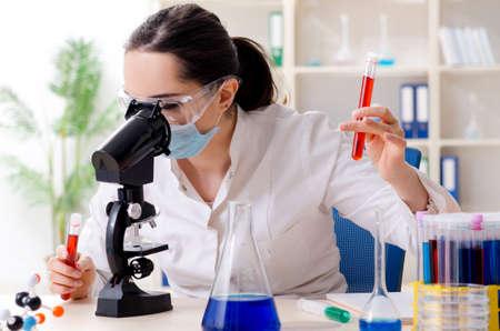 Giovane chimico femminile che lavora nel laboratorio
