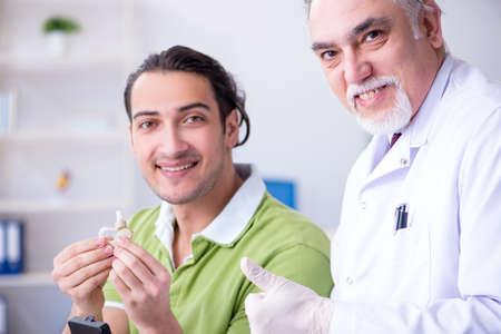 Paziente maschio con problemi di udito che visita il medico otorinolaringoiatra