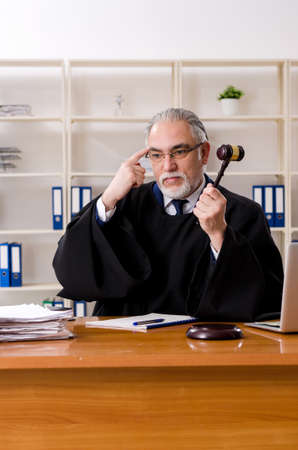 Aged lawyer working in the courthouse Stockfoto - 126394474