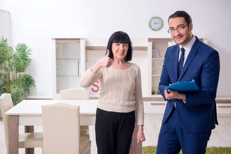 Male real estate agent and female client in the apartment Banco de Imagens