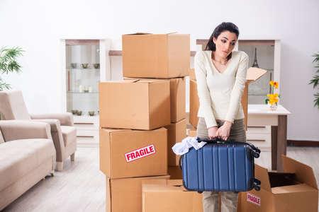 새 아파트로 이사하는 젊은 여성