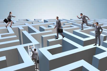 Geschäftsleute, die versuchen, aus dem Labyrinth zu entkommen