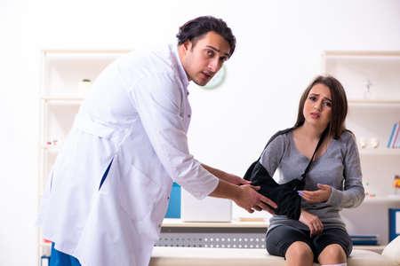 Joven médico y paciente hermosa mujer