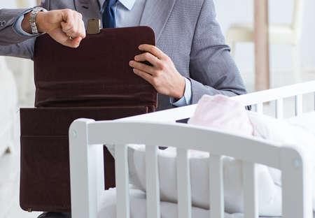 Jeune, homme affaires, essayer, travail, maison, prendre soin, nouveau-né