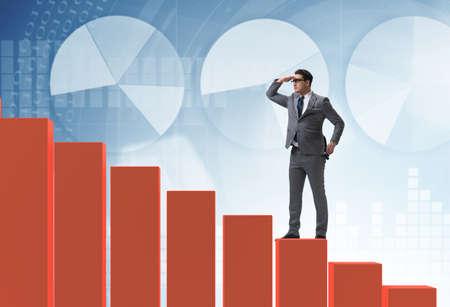 Hombre de negocios mirando lejos en concepto de previsión económica