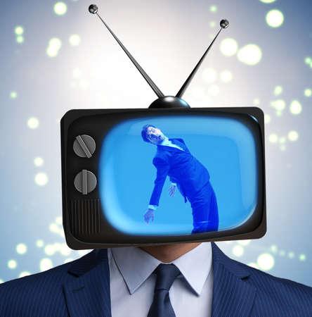 Homme avec tête de télévision dans le concept de dépendance à la télévision