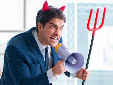 Empresario enojado diablo en la oficina Foto de archivo