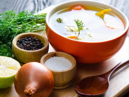 Sopa de pescado servida en la mesa en plato Foto de archivo