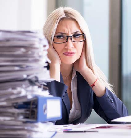 Beschäftigte Geschäftsfrau, die im Büro am Schreibtisch arbeitet Standard-Bild
