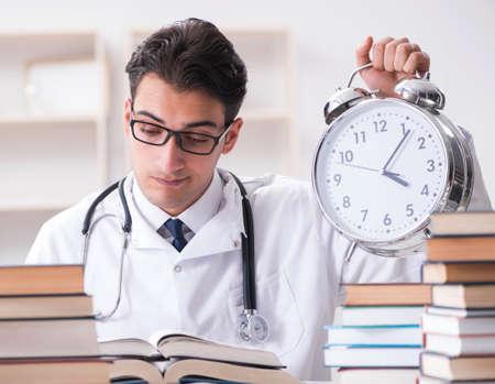 Estudiante de medicina quedando sin tiempo para exámenes Foto de archivo