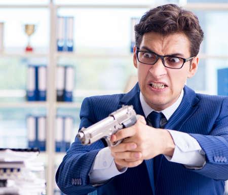 Homme d'affaires stressé pensant au suicide en raison d'un travail excessif