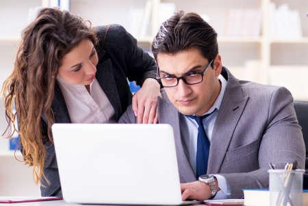 Unglücklicher Chef unterhält sich mit seiner Sekretärin
