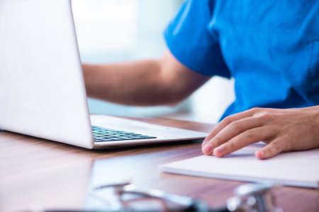 De jonge mannelijke arts in telezorgconcept Stockfoto
