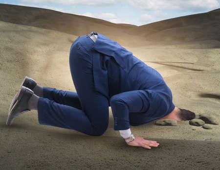 Homme d'affaires cachant sa tête dans le sable s'échappant des problèmes
