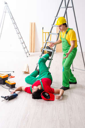 Injured worker and his workmate Banque d'images