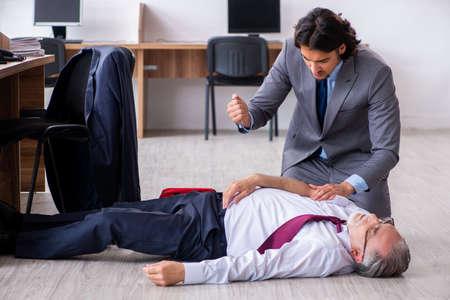 Employé de sexe masculin souffrant d'une crise cardiaque au bureau Banque d'images