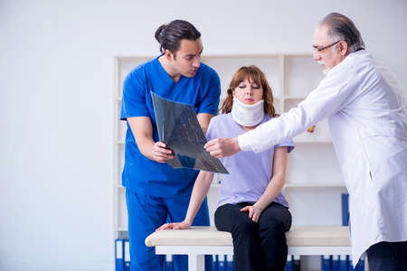Dos médicos, examinar, mujer joven